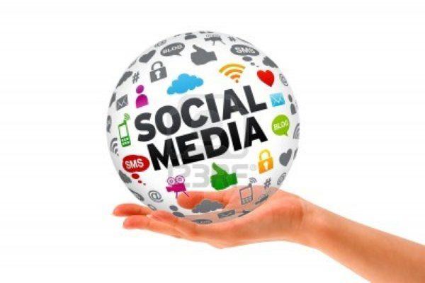 12413569-mano-que-sostiene-un-signo-social-media-esfera-3d-sobre-fondo-blanco