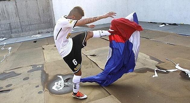 Un futbolista profesional va a la cárcel por escupir la bandera del rival
