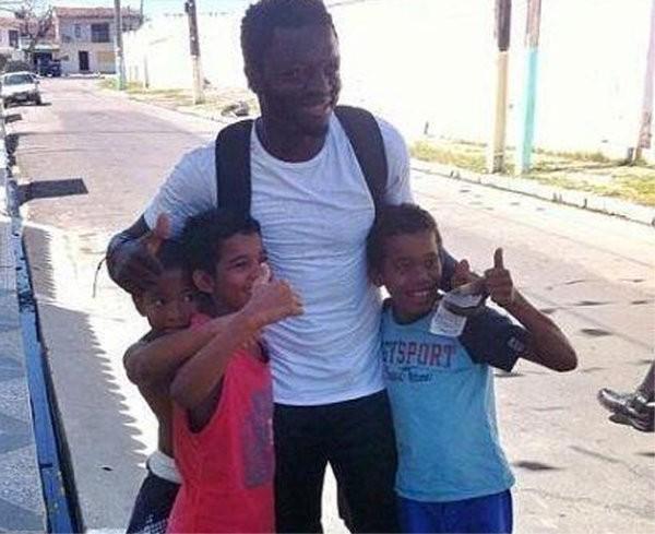 Futbolista de la selección de Ghana reparte dinero por un pueblo brasileño