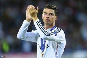 Cristiano Ronaldo posando con la medalla de campeón de la Supercopa de Europa / Agencias