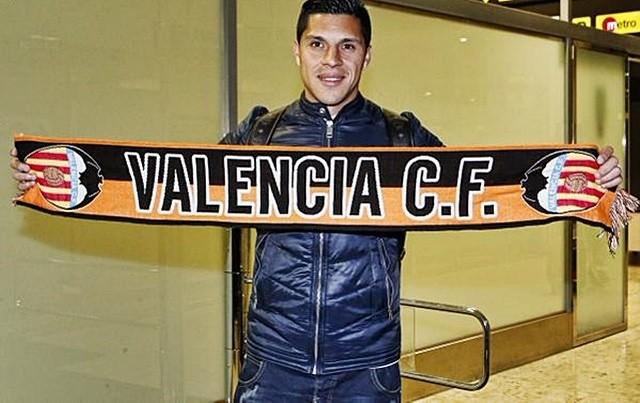Enzo Pérez posando con la bufanda del Valencia C.F / Agencias