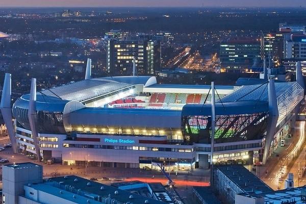 """Philips decidió crear en 1913 un equipo de fútbol para que jugasen sus empleados, el """"Philips Sport Vereniging"""", más conocido hoy en día como PSV. Fuente: Philips Stadion Events"""