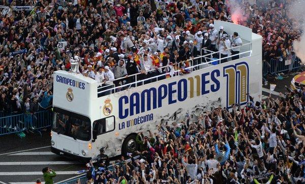 el autobus del real madrid pasea a los jugadores y a la undecima champions realmadridcf