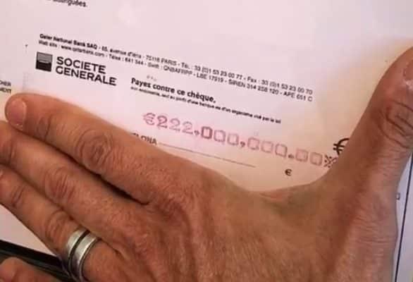 El abogado de Neymar muestra como un trofeo el cheque del FC Barcelona de 222 milones €